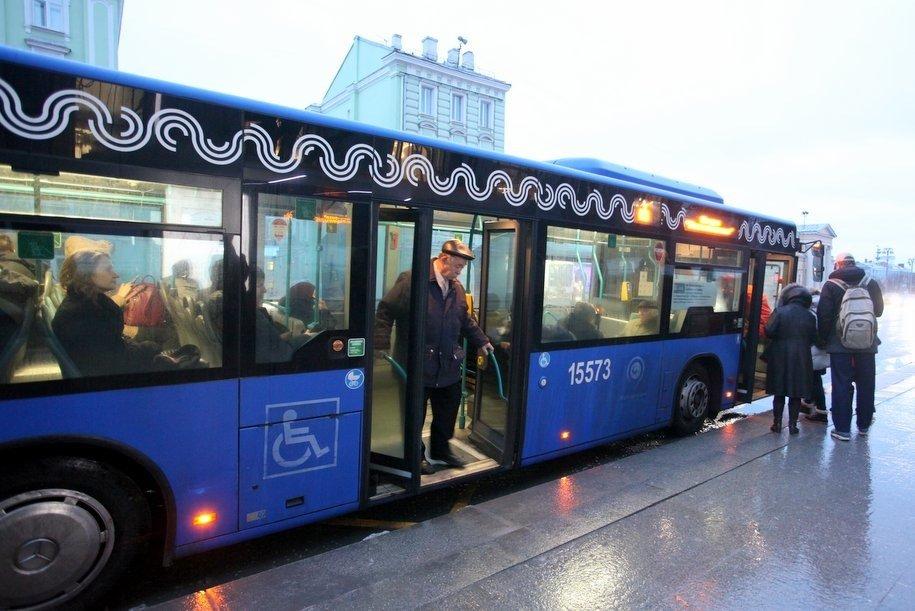 В районе Раменки рейсовый автобус врезался в фонарный столб