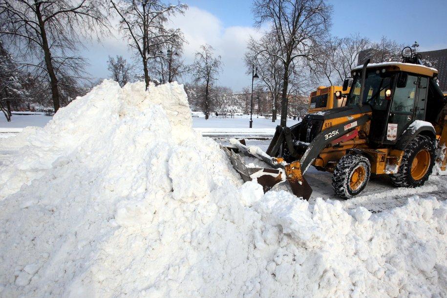 Коммунальные службы продолжают устранять последствия снегопада