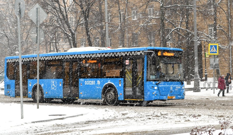 Между закрытыми станциями метро запустили компенсационные автобусы