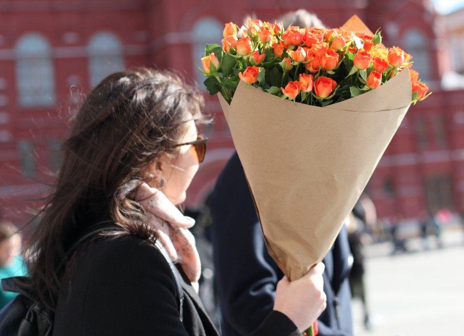 К 8 марта улицы Москвы украсят более 500 поздравительных открыток