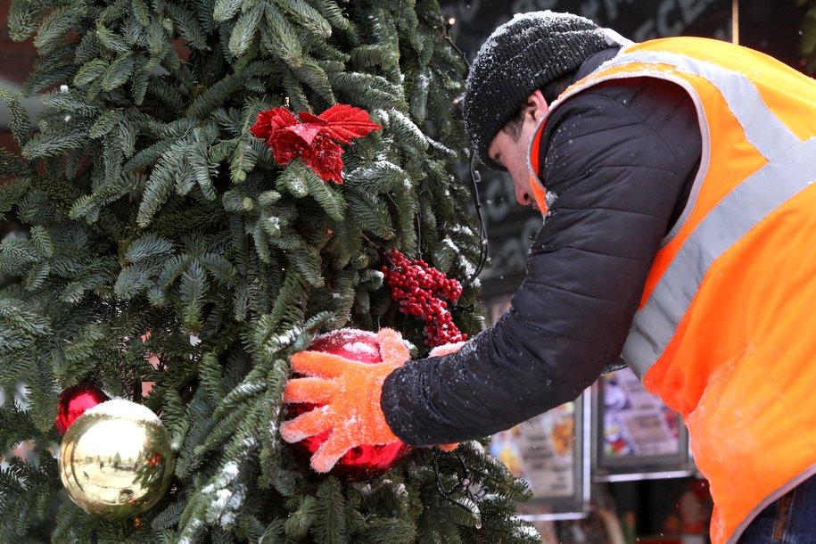В Москве начался демонтаж оставшихся новогодних украшений
