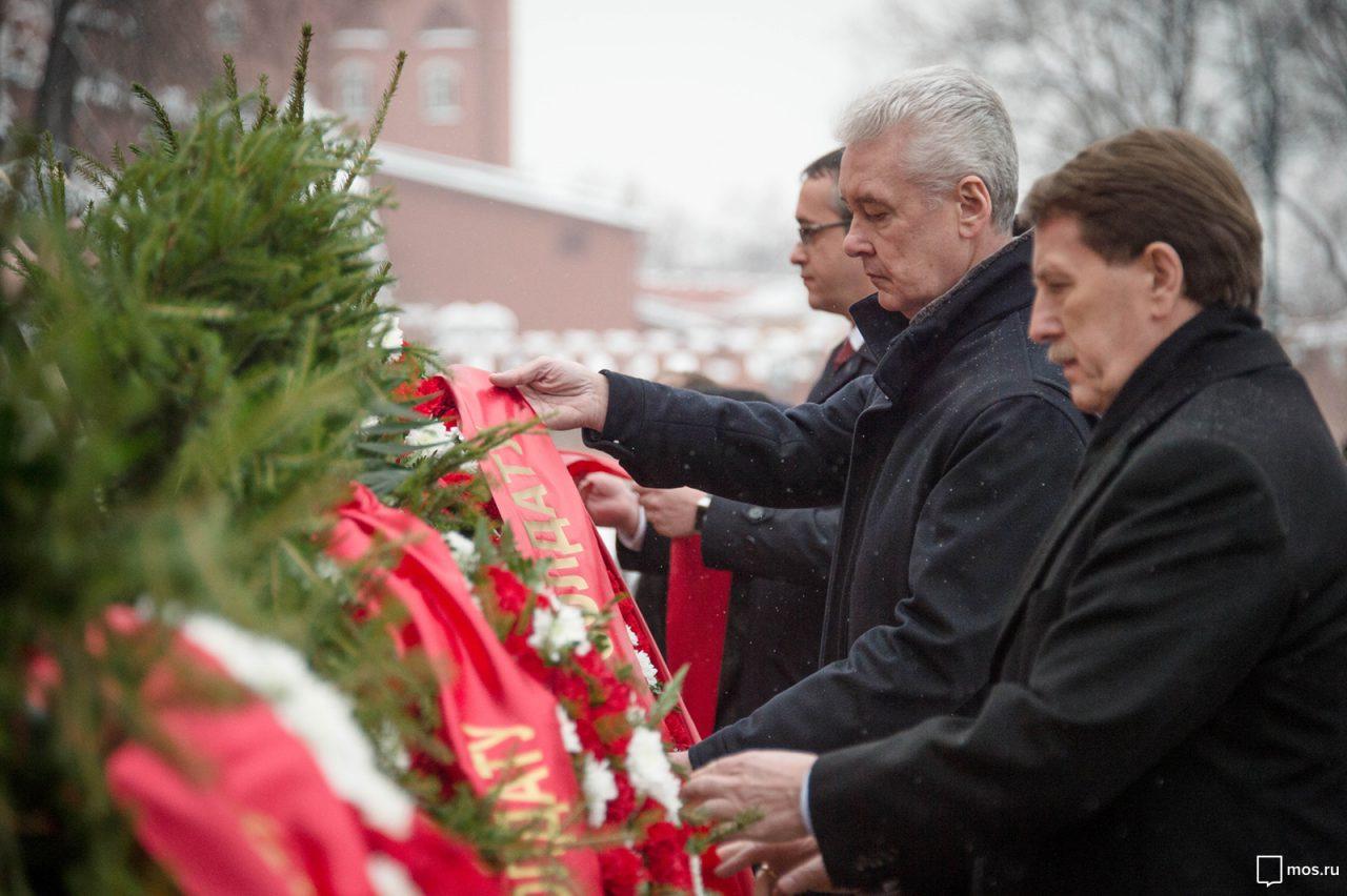 Сергей Собянин возложил цветы к мемориалу памяти и скорби по погибшим в Кемерово