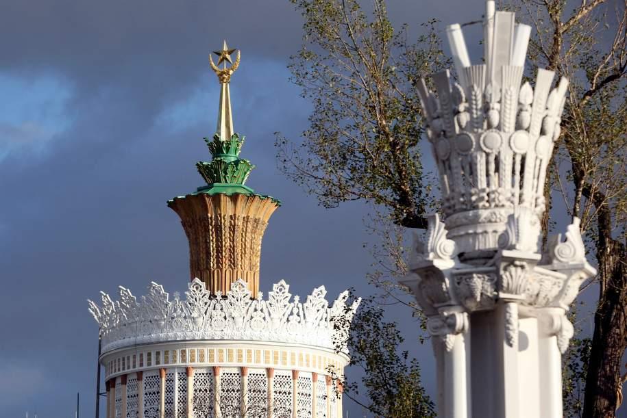 Москвичи смогут увидеть отреставрированную золотую звезду Центрального павильона ВДНХ
