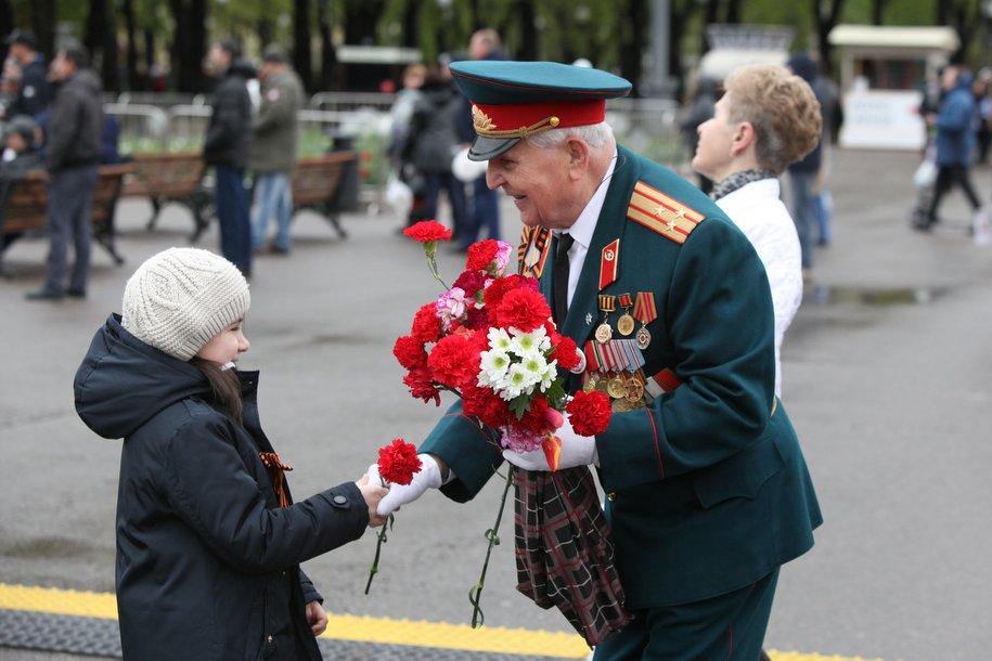 Мэр предложил поздравить ветеранов ВОВ с Днем Победы именными открытками