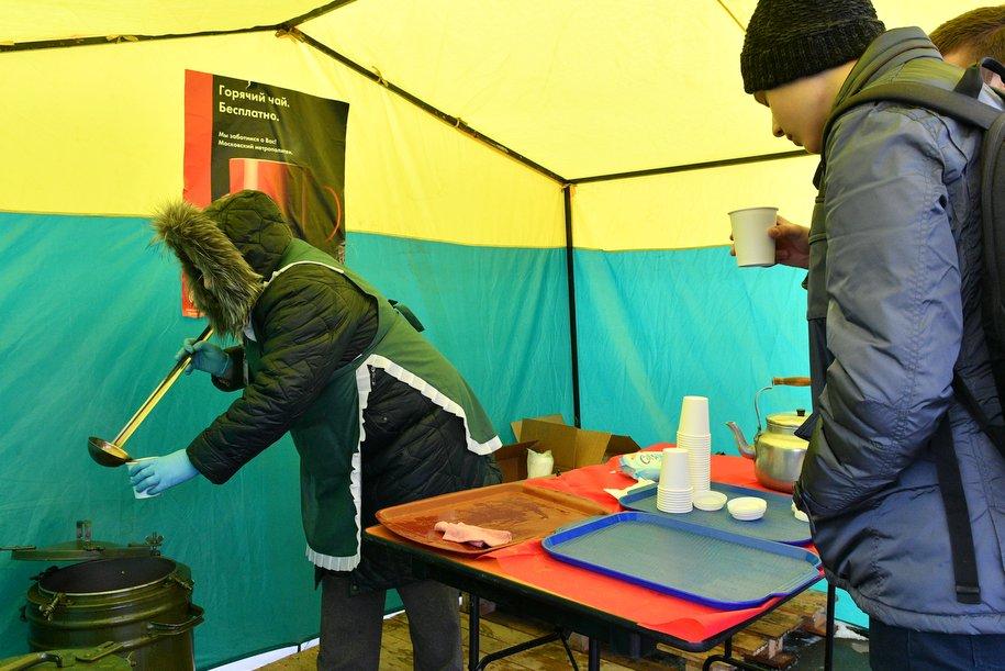 За четыре дня у закрытых станций ТКЛ раздали более 2 тысяч литров чая