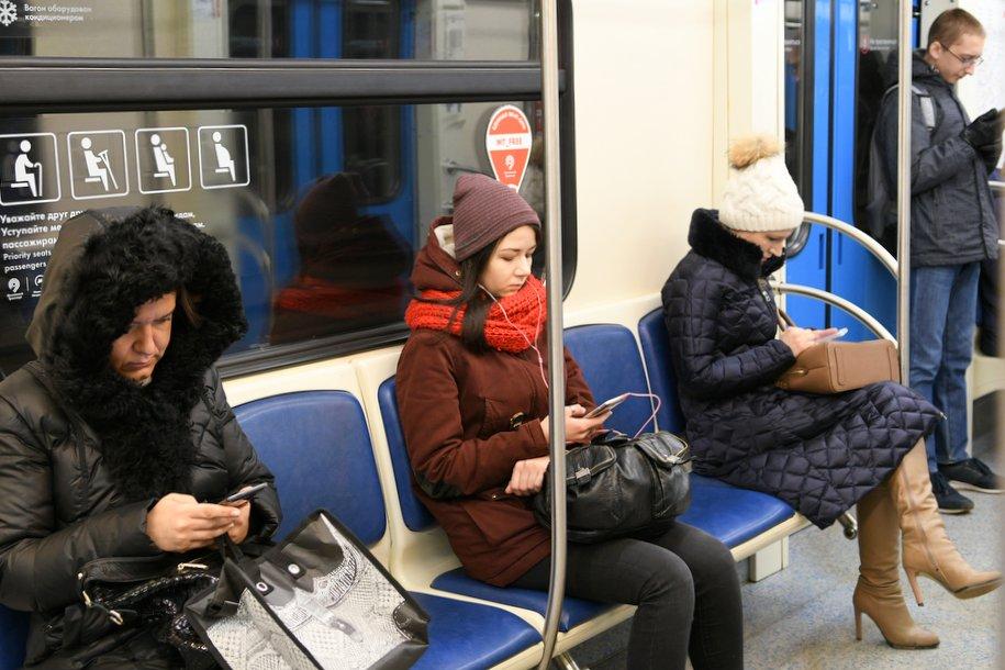 На синей ветке метро произошел сбой в движении поездов