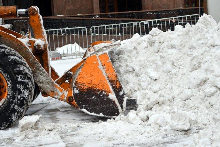 Более 2,5 тысяч единиц техники убирают столичные улицы