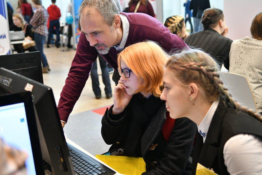 Более 2 тыс. школьников Москвы приняли участие в акции «ЕГЭ: из года в год!»