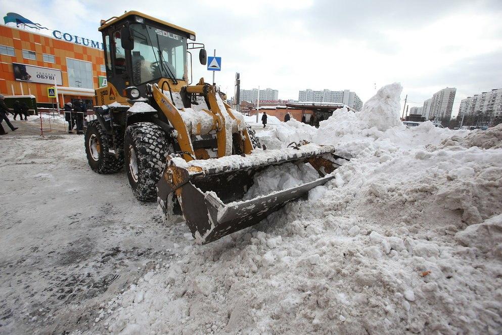 Работы поуборке ивывозу снега в столицеРФ  продолжаются в беспрерывном  режиме
