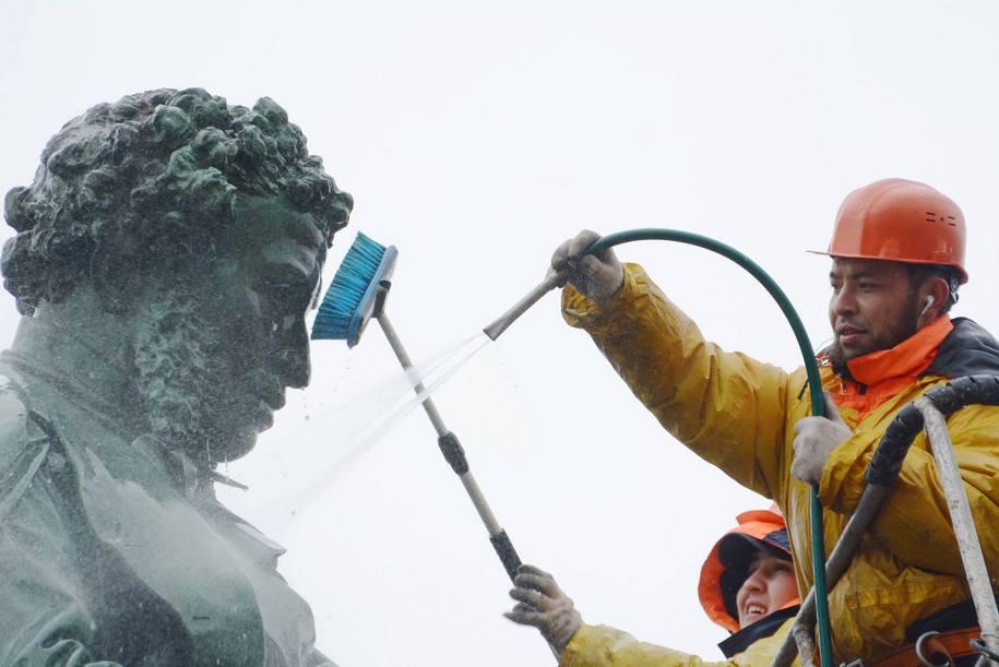 Памятник Пушкину в центре столицы помоют во вторник