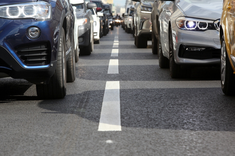 Груженый щебнем грузовой автомобиль протаранил две легковушки в столице России иперевернулся