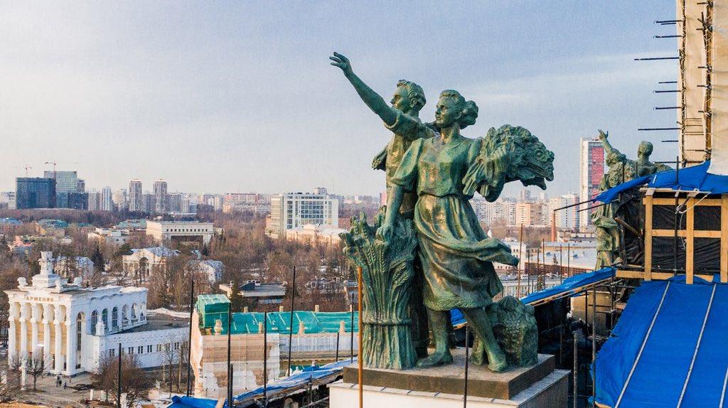На Центральном павильоне ВДНХ после реставрации открылись скульптуры рабочих и колхозниц