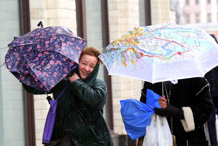 МЧС предупредило москвичей о дожде, грозе, граде и шквалистом ветре в выходные