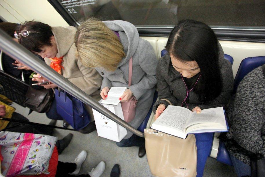 В метро появились наклейки с просьбой уступить место беременным