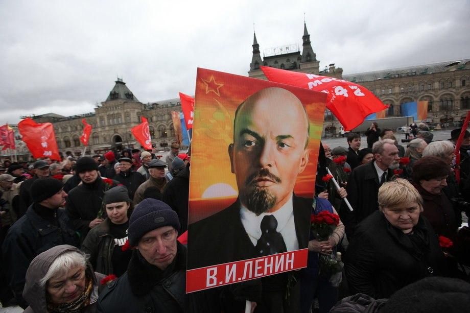Более 300 человек пришли возложить цветы к Мавзолею им. Ленина в честь дня рождения политика