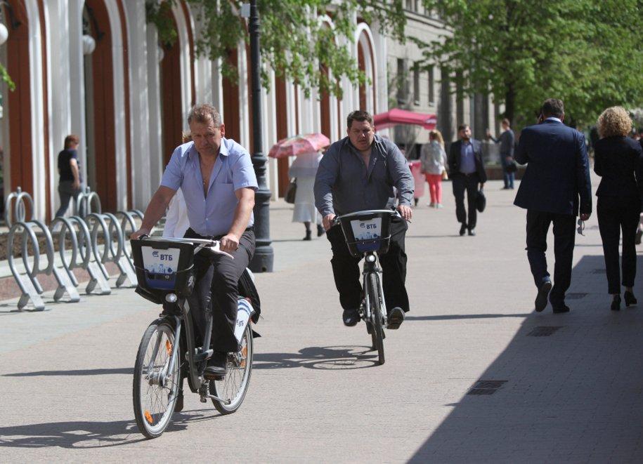 Мужчина в деловом костюме отобрал велосипед у семилетнего мальчика
