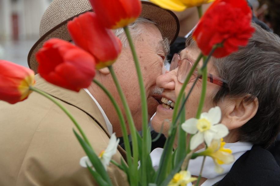 На столичных вокзалах и в аэропортах ветеранов встречают волонтеры