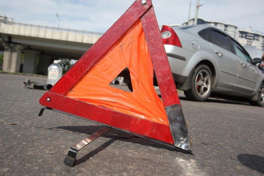 На Симферопольском шоссе автомобиль врезался в столб