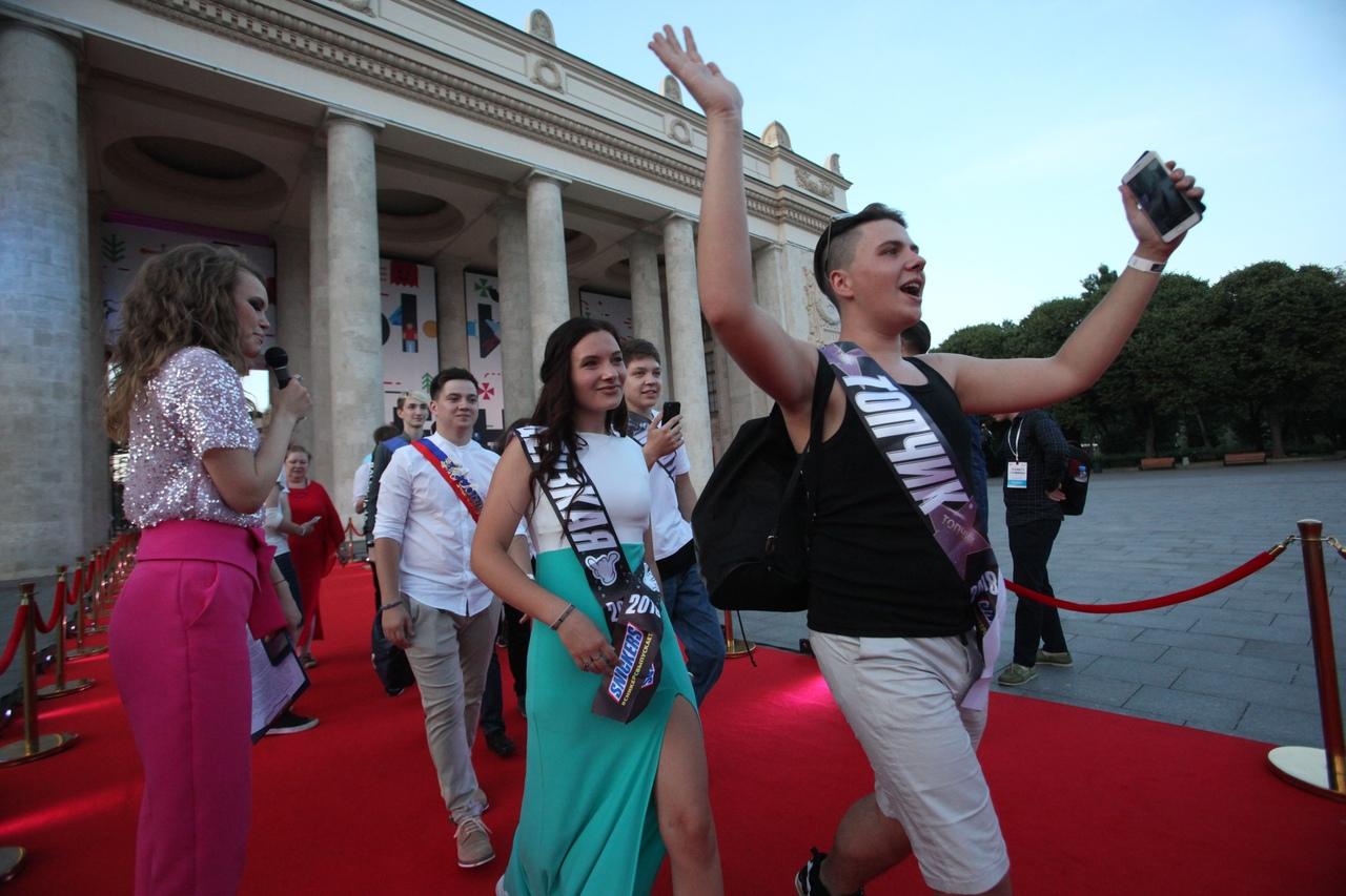 Более 20 тысяч человек отметили выпускной в парке Горького
