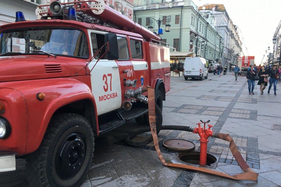 Сотрудники МЧС Москвы спасли пять человек во время пожара в квартире