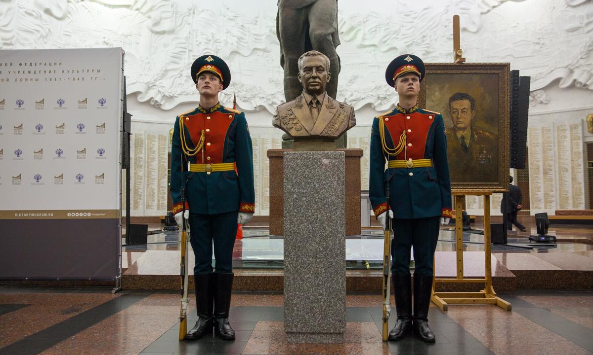 Бюст и портрет Главного маршала бронетанковых войск переданы в дар Музею Победы