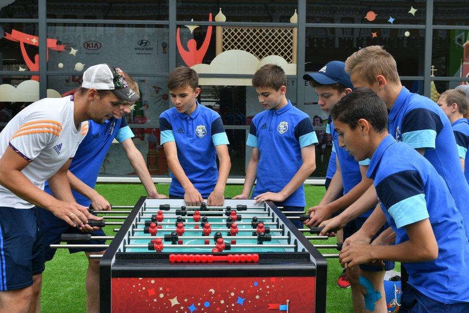 В пяти парках Москвы установили бесплатные футбольные аттракционы