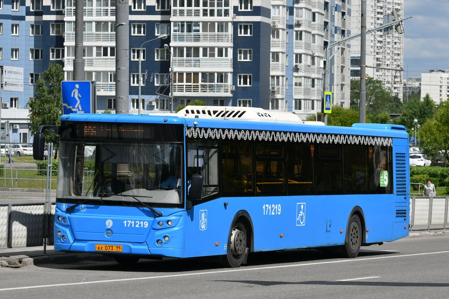 До сентября во всех автобусах Москвы уберут турникеты
