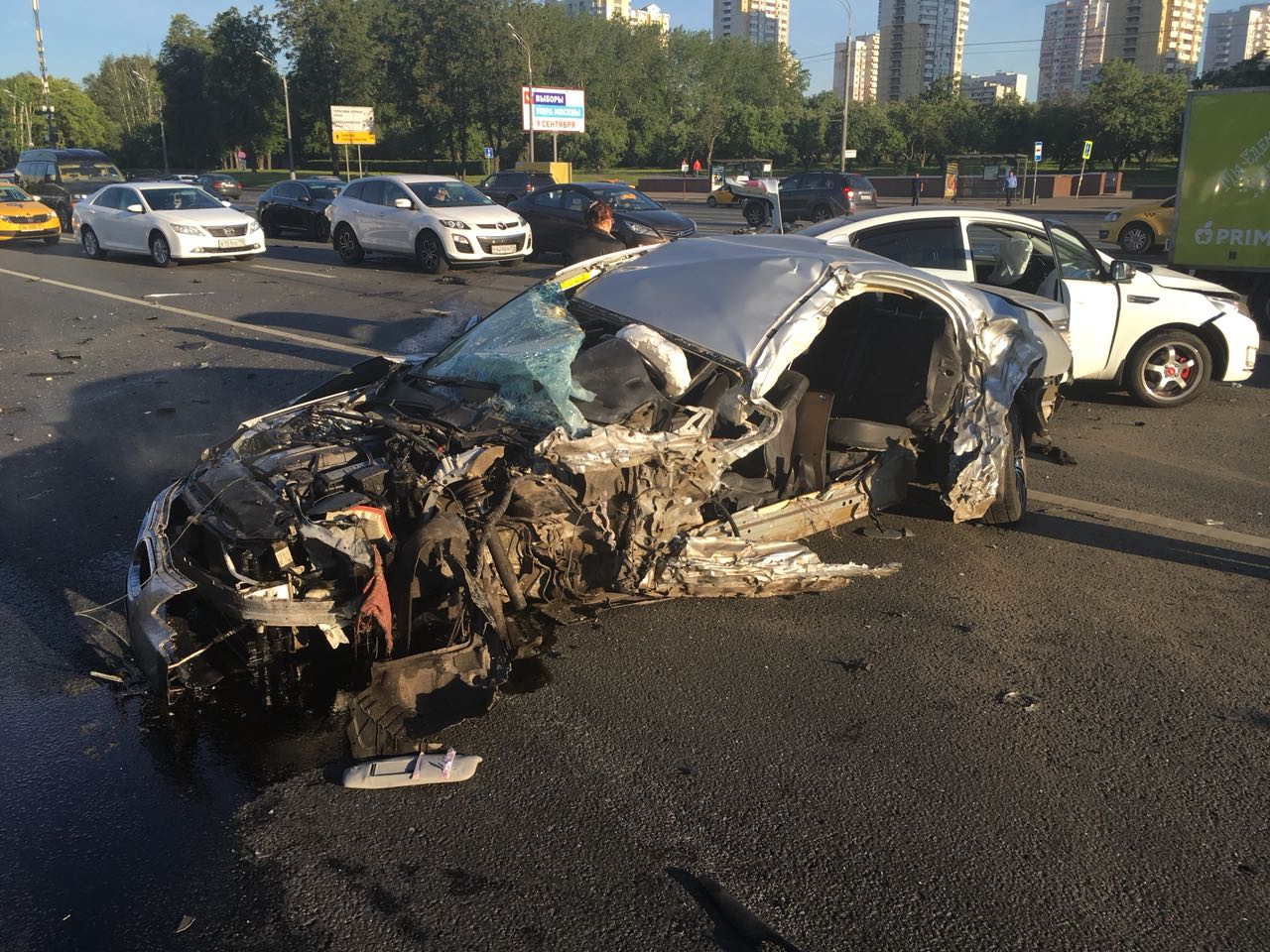 На Кутузовском проспекте в районе метро «Славянский бульвар» произошла крупная авария