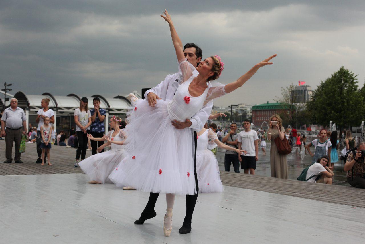 В парке искусств «Музеон» прошло представление балета «Шопениана»