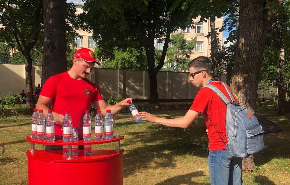 Сотрудники Мосметро раздали более 2 тыс. бутылок воды перед матчем Россия — Испания
