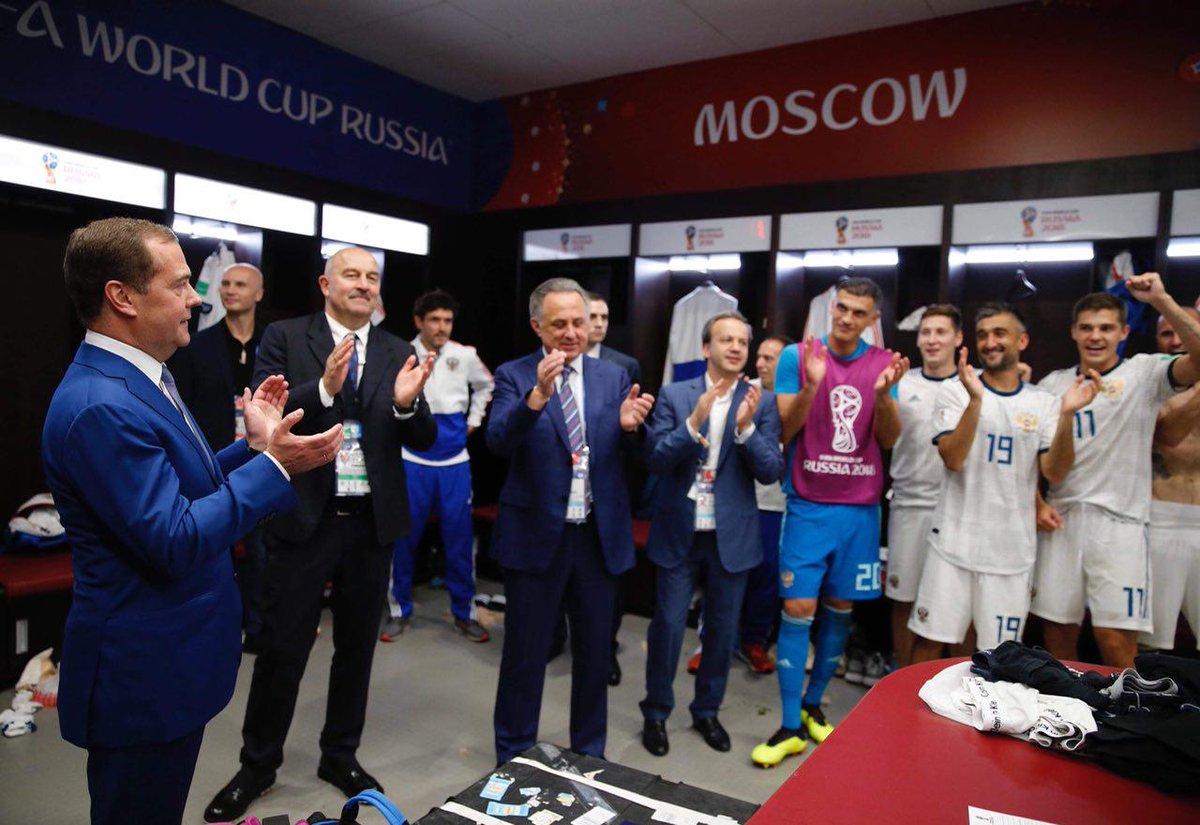 Дмитрий Медведев поздравил игроков сборной России после победы над испанцами