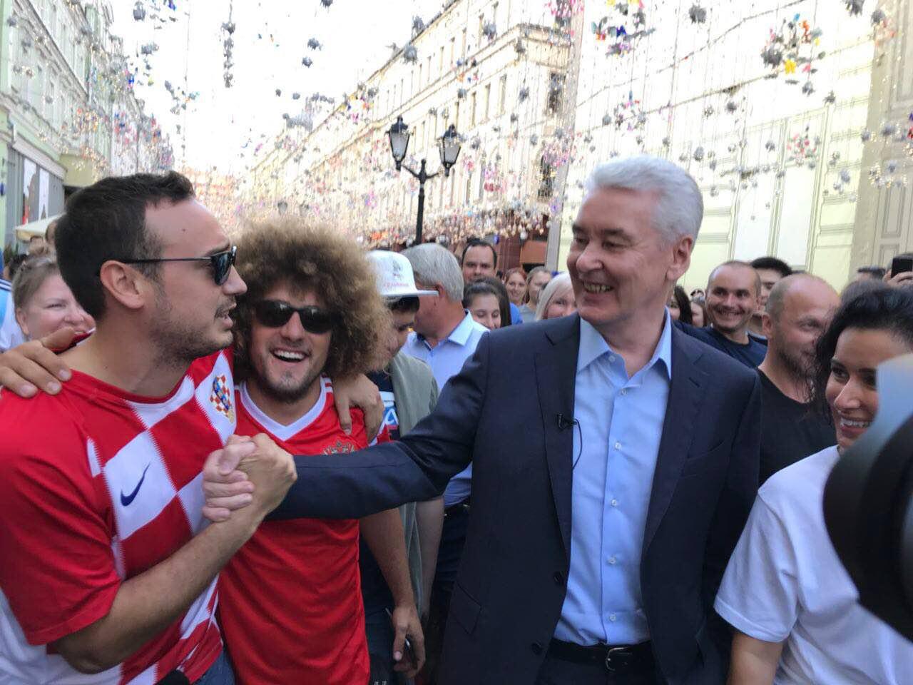 Сергей Собянин пообщался с москвичами и гостями города на Никольской улице
