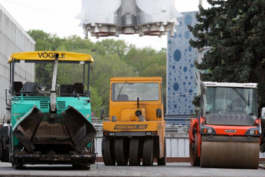 На территории у ВДНХ завершены основные работы по устройству асфальта