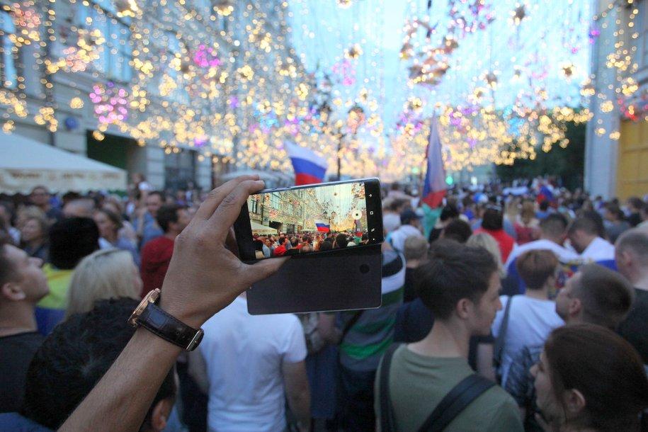 Болельщики ЧМ забрали на память лампочки с Никольской улицы