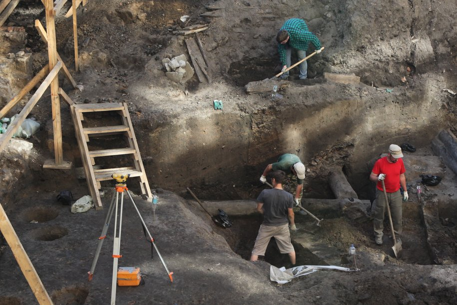 Археологи обнаружили крест из белого мрамора на территории Новослободского парка