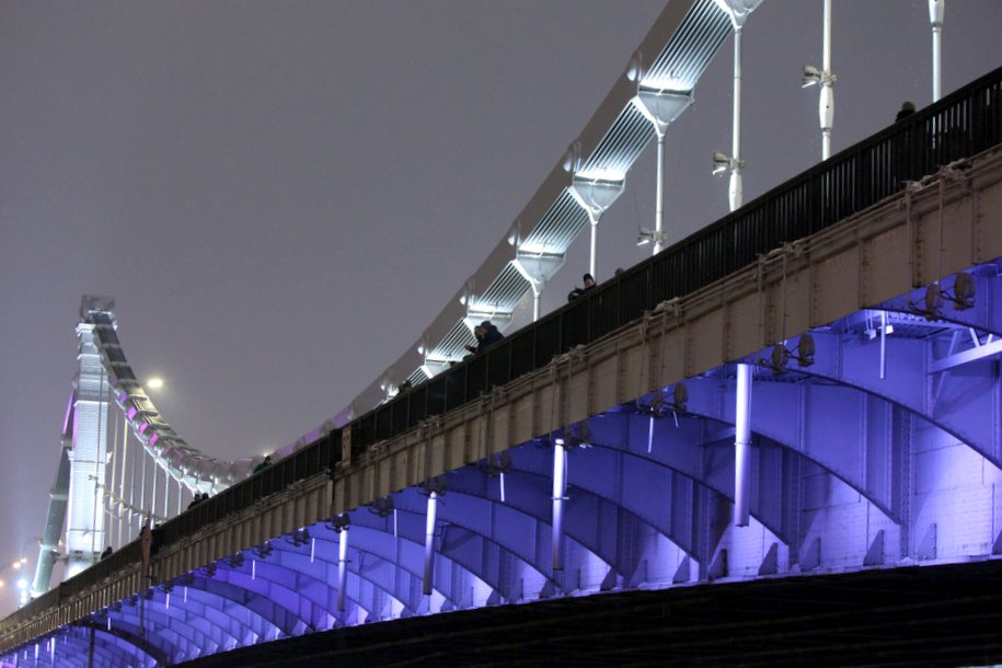 Крымский мост в Москве подсветят красным цветом вечером 20 июля