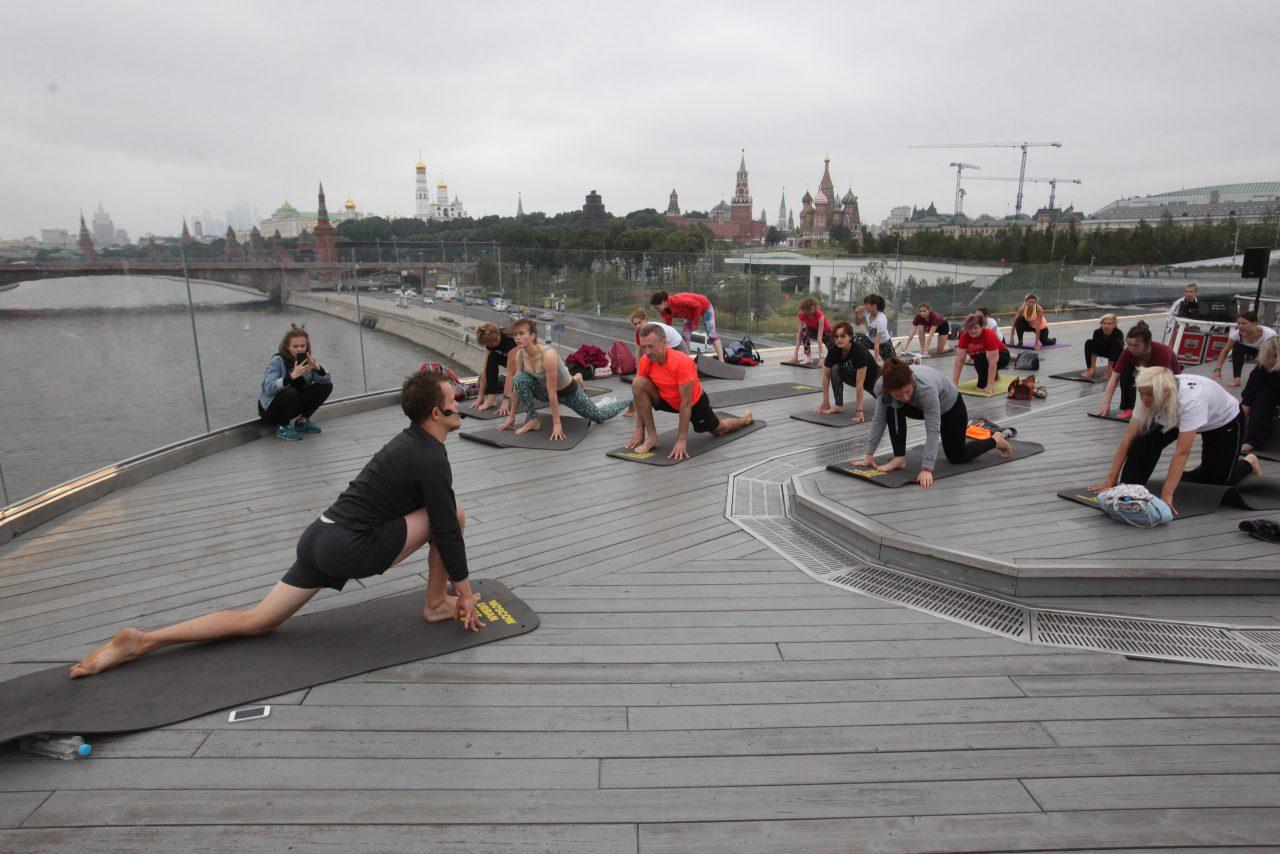В рамках Moscow Urban Forum на Парящем мосту прошли занятия йогой