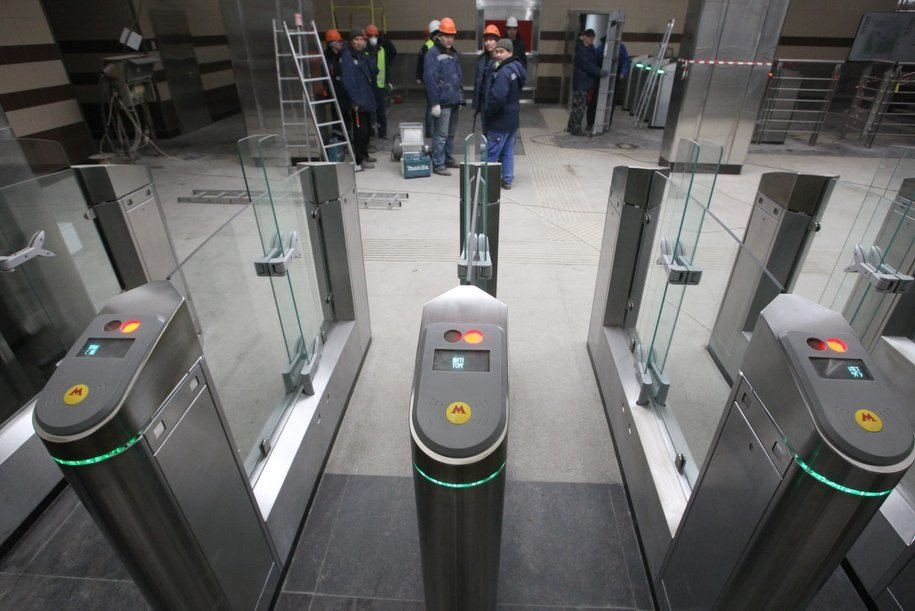 На станции метро «Улица Скобелевского» установят 30 новых турникетов до 22 августа