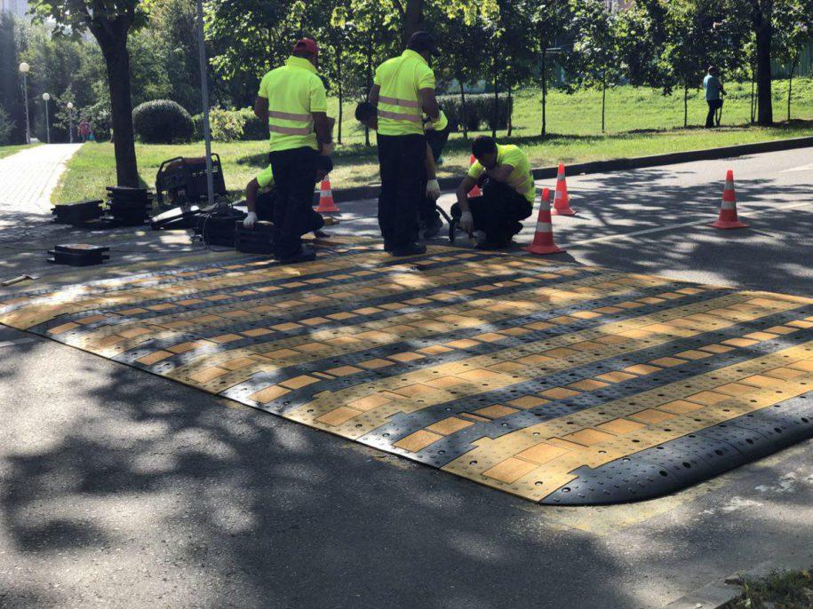 Первый приподнятый пешеходный переход из каучука появился в Москве