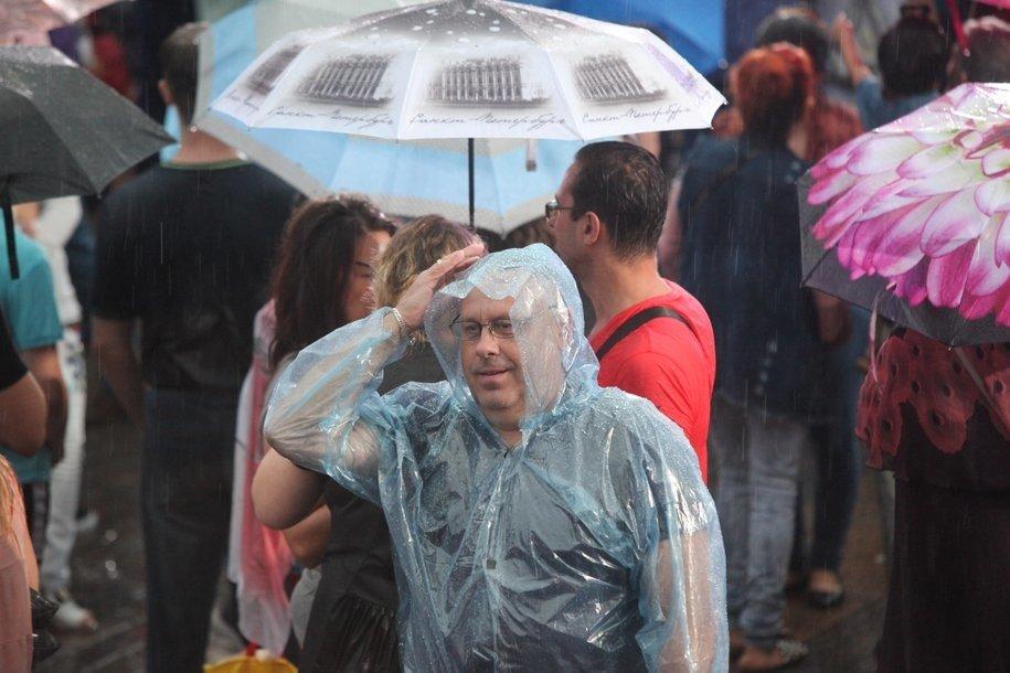 МЧС предупреждает москвичей о сильном ветре, дожде и грозе в ближайшее время