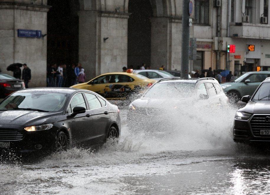 Более 1,1 тыс. специалистов Мосводостока дежурят на улицах города из-за ливня