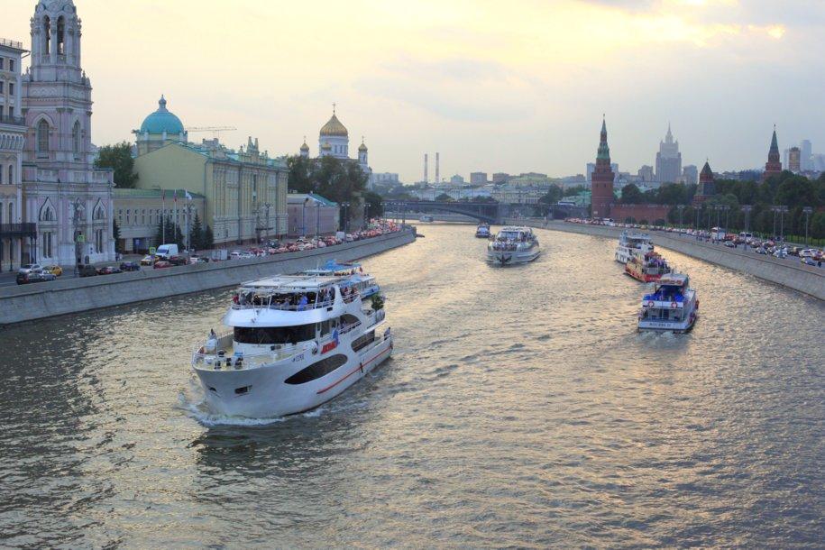 С Большого каменного моста в Москва-реку упал подросток при попытке сделать селфи