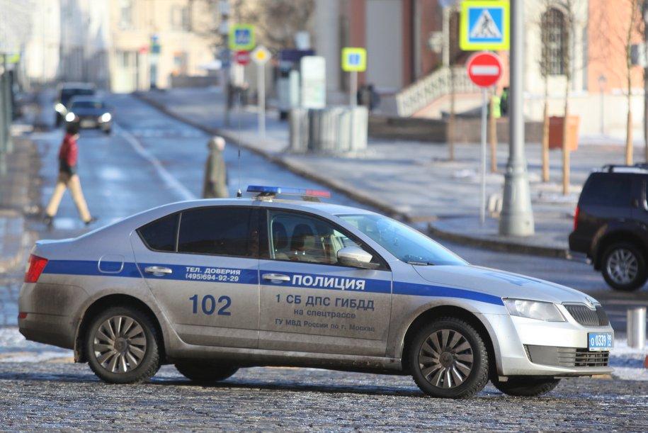 На дублёре Рублевского шоссе Mercedes врезался в опору моста и загорелся