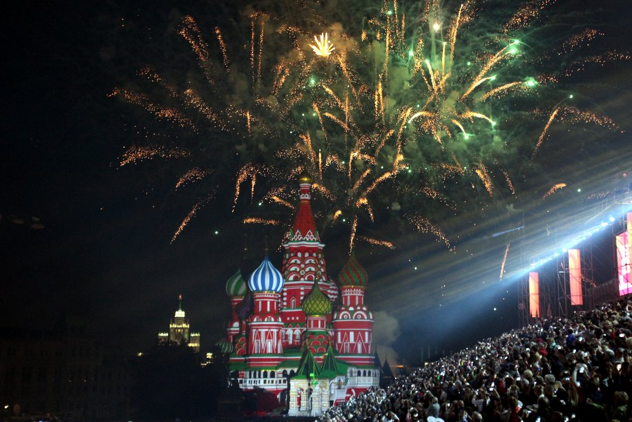 На 30 городских площадках стартовал праздничный салют