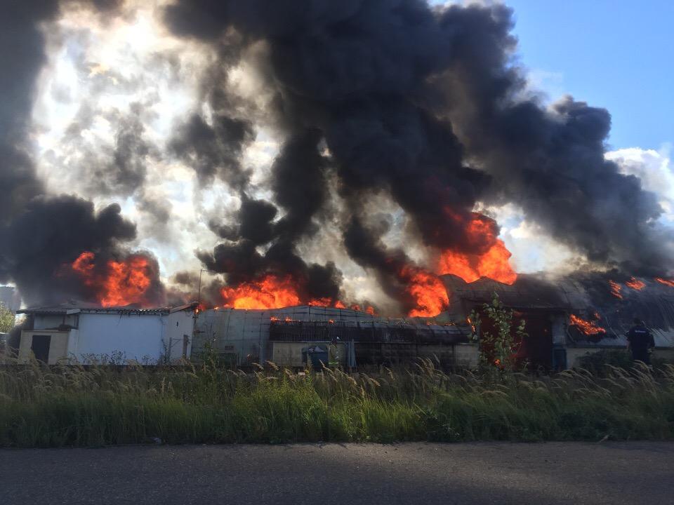 На Каширском шоссе загорелся ангар за ТРЦ «Вегас»