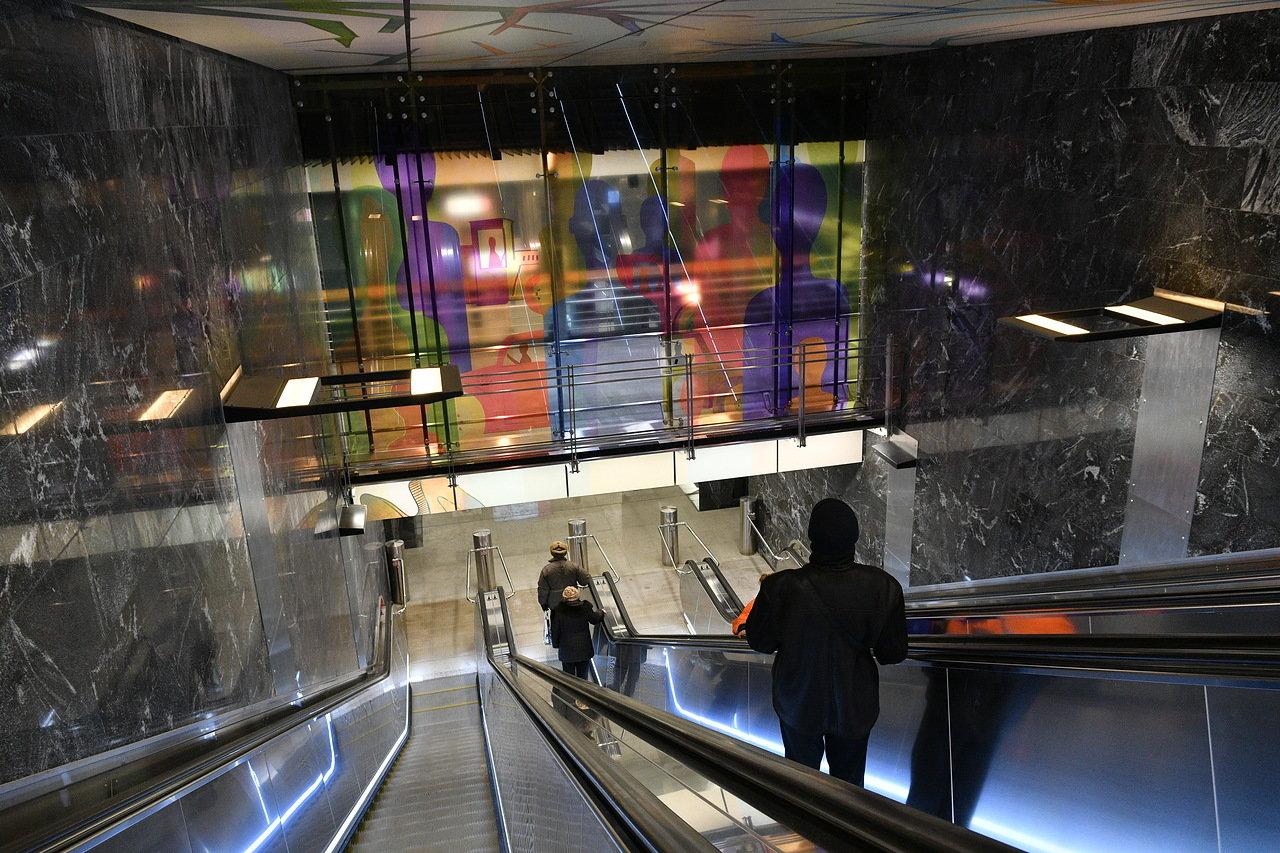 На станции метро «Беломорская» начали устанавливать эскалаторы