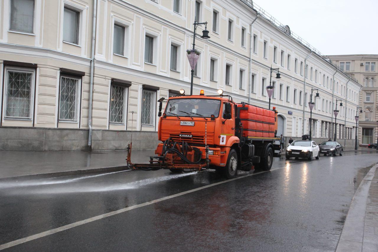 В связи с дождем Мосводосток привлёк к дежурству спецтехнику для предупреждения скоплений воды на дорогах