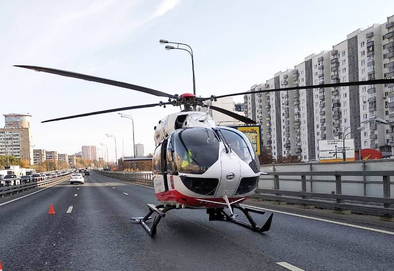 В районе Можайского шоссе вертолёт эвакуировал пострадавших в ДТП