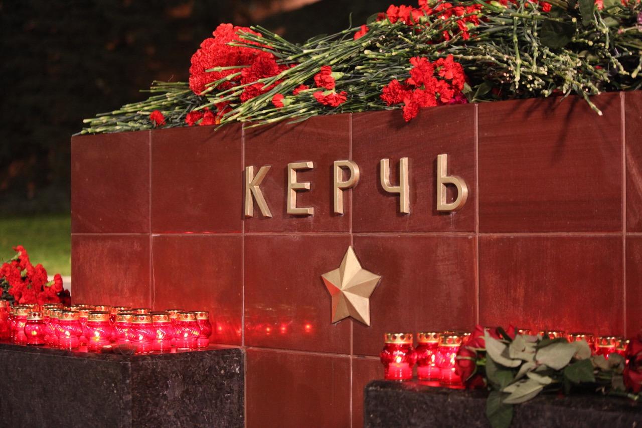 Москвичи несут цветы к мемориалу Керчь Город-герой в Александровском саду