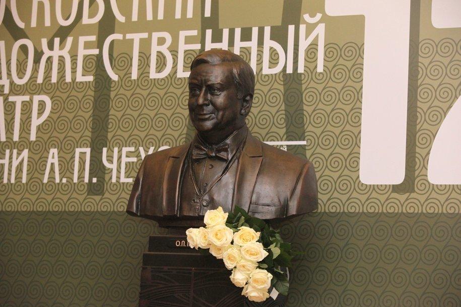 Памятник Олегу Табакову открыли в МХТ им. Чехова